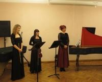 Mari-Liis Vihermäe (flööt), Helen Västrik (viiul), Ene Nael (klavessiin)