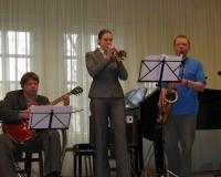 Kalmer Mosen (kitarr), Riina Reismaa (trompet) ja Anton Kogan (saksofon)