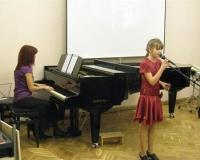 Laulab Hedvig-Hanna Raud, klaveril Margot Suur