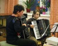 Juta Püvi ja Geija Orav akordionil