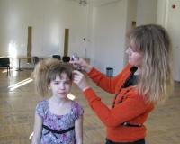 Margot Suur juuksurina oma kätt harjutamas