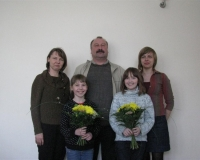 Laululapsed Kadi ja Hedvig koos oma vanematega