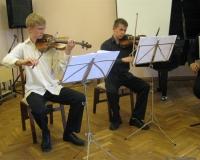 Signe Sõmer (klarnet), Mart Saluri (viiul), Kaido Kopli (viiul), Markus-Ülori Vokksepp (vioola), Theodor-Peeter Sink (tšello) ja Kristjan Veermäe (klaver).