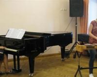 Triinu Ruuspõld (ksülofon) ja Martina Võrk (klaveril)