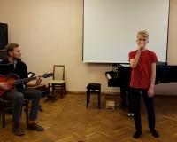 Aksel Vürst (laul) ja õpetaja Arno Tamm (kitarr)